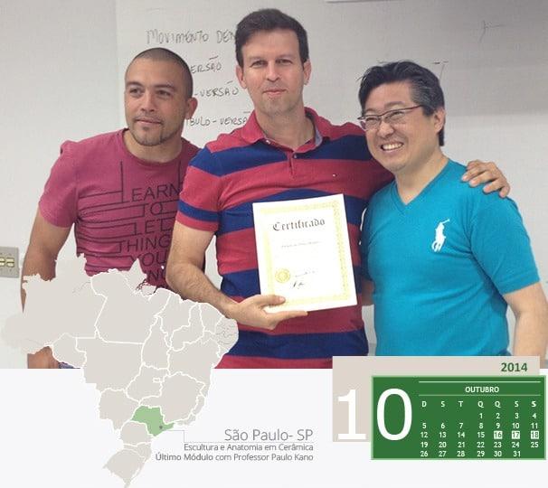 Dr. Adriano recebendo certificado do curso Escultura e Anatomia em cerâmica