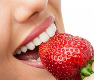 o-morango-age-principalmente-ajudando-a-clarear-os-dentes