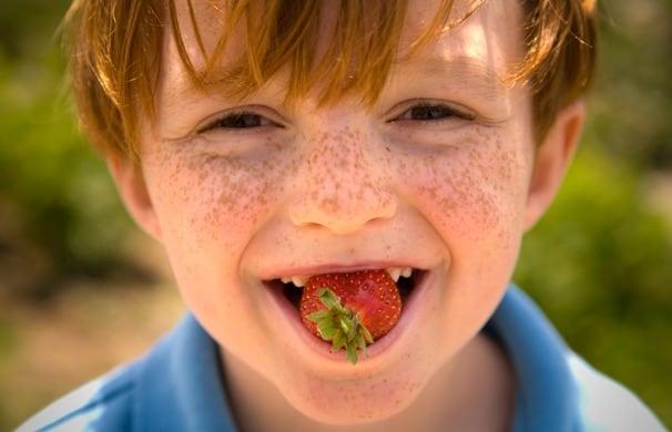 O morango também ajuda a combater a placa bacteriana e evita o surgimento de cáries