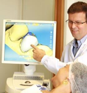 O paciente pode ver no computador como será o resultado do tratamento e dar opiniões
