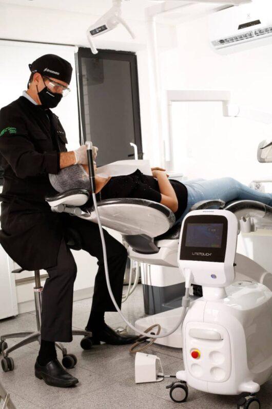 Laser para remoção de lentes de contato dental