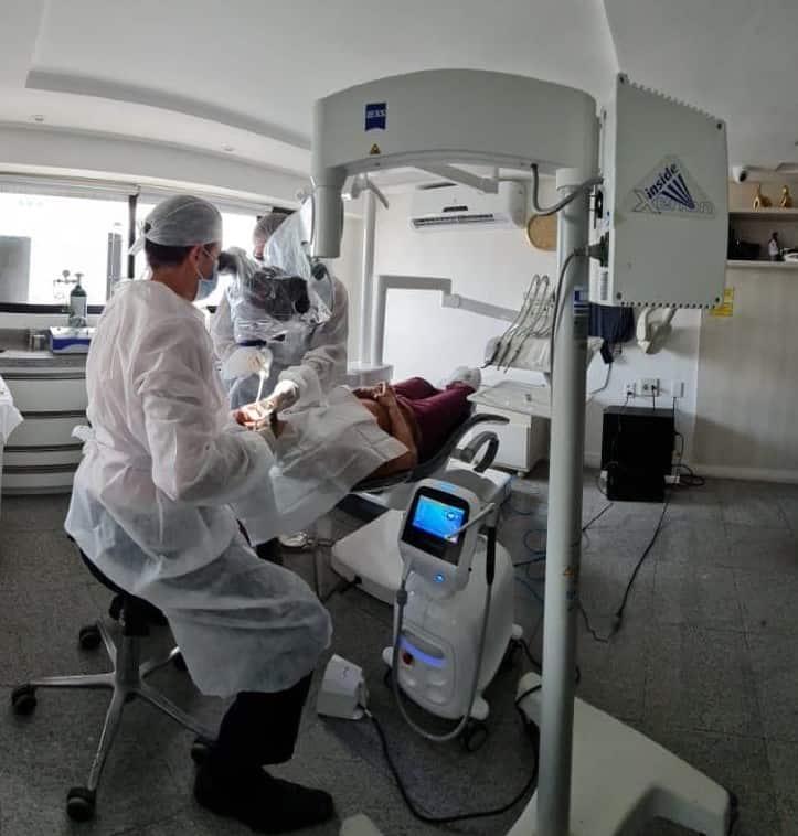 Dr ADriano Abreu usando o Laser Litetouch